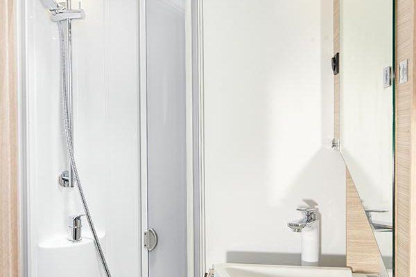 Badezimmer mit ausgeklapptem Spülbecken